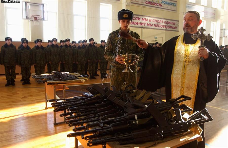 Священник благословляет оружие