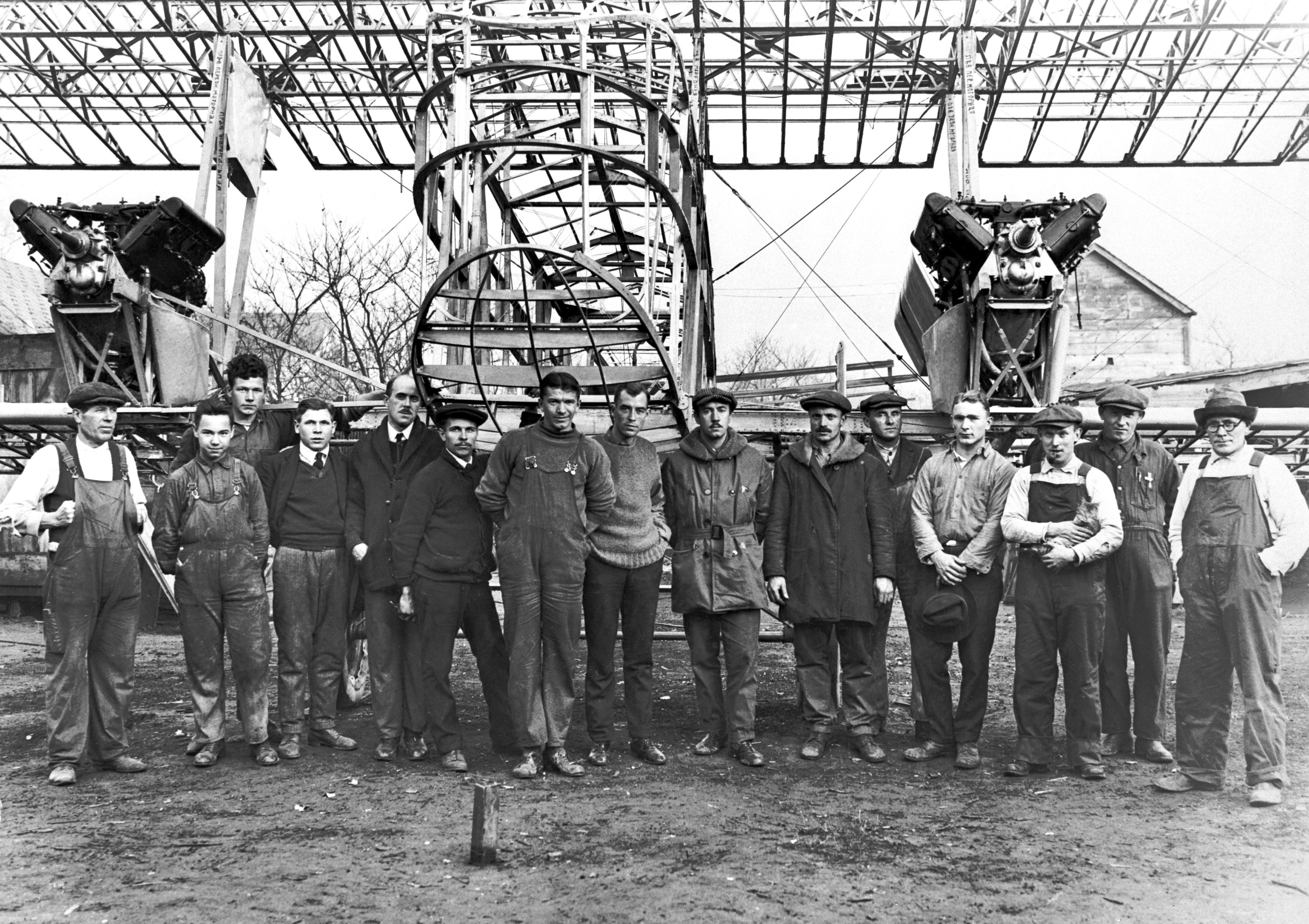 Игорь Сикорский с командой у модели летательного аппарата S-29. Фото из личного архива Сергея Сикорского
