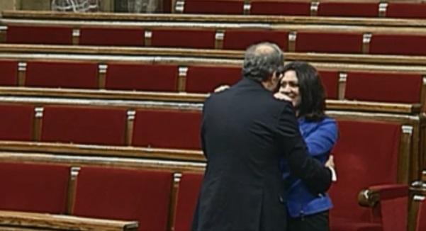Кім Торра, обраний президент Каталонії, виходить з будівлі Парламенту повз почесну варту