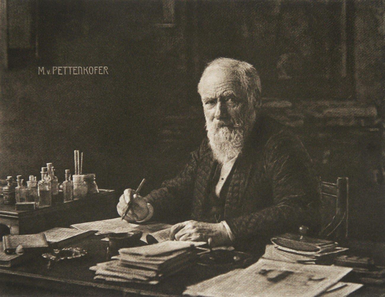 Немецкий ученый Макс фон Петтенкофер