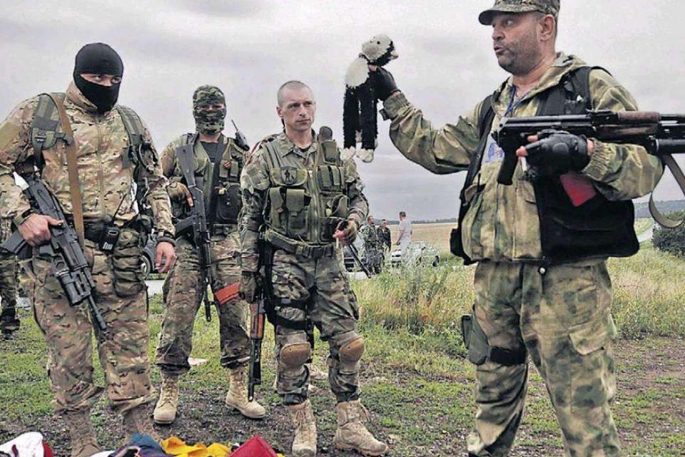 Бойовики, які дають прес-конференцію на місці катастрофи