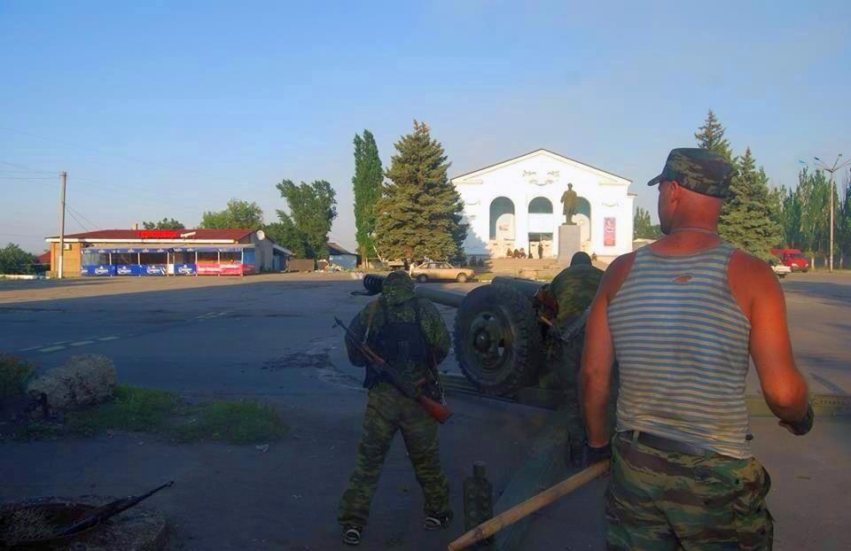 Бойовики гатять з гаубиці Д-30 з головної площі Шахтарська