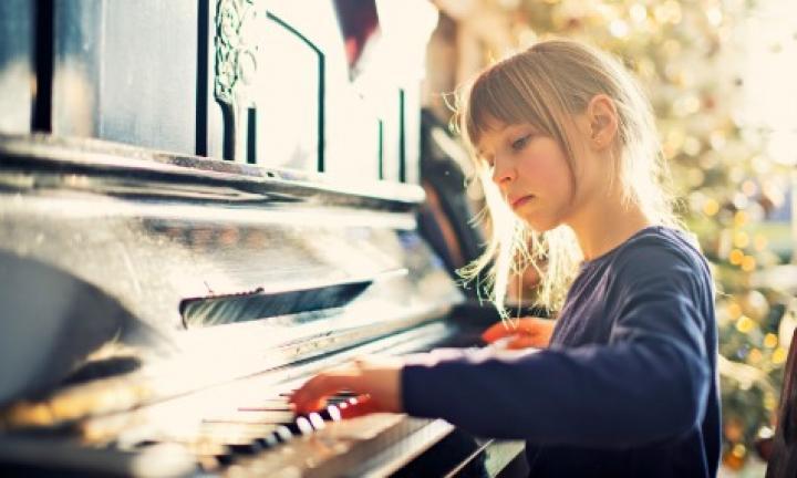 дитина за піаніно