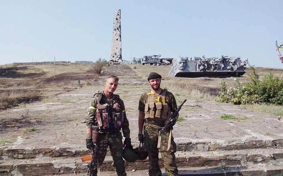 Бійці бригади на фоні висоти Савур-Могила