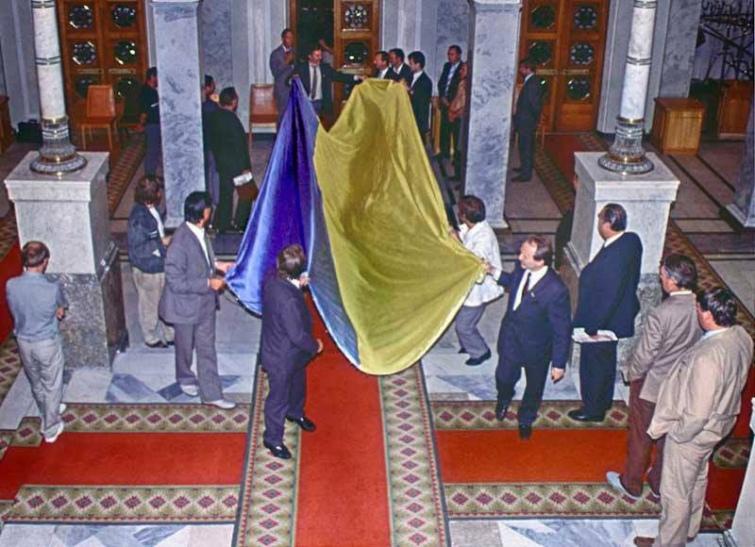 Український прапор, внесений у сесійну залу Верховної Ради 24 серпня 1991 року