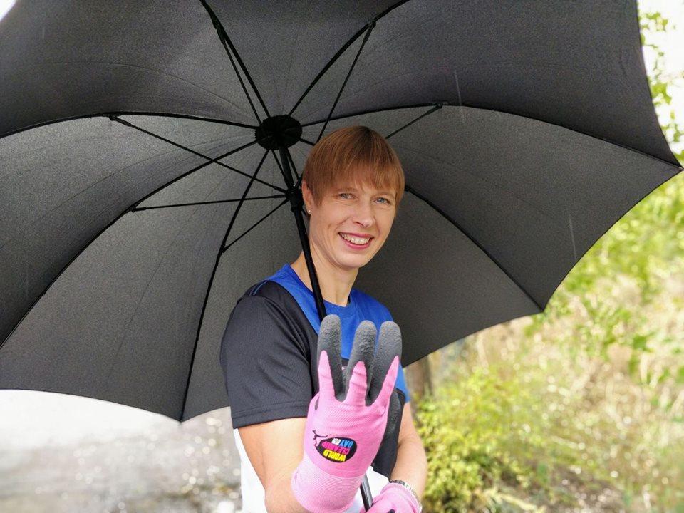 Президентка Естонії допомогла збирати сміття в парку Дніпра