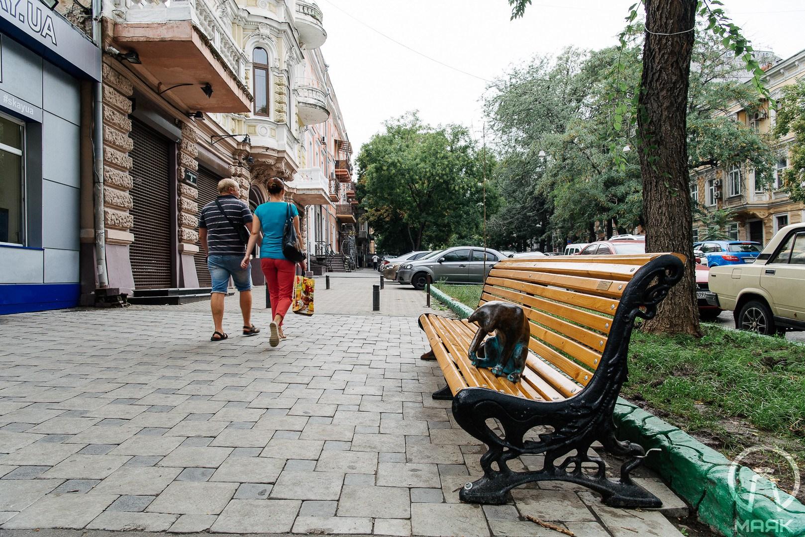 В Одесі встановили копію вкраденої скульптури кота, але без планшета