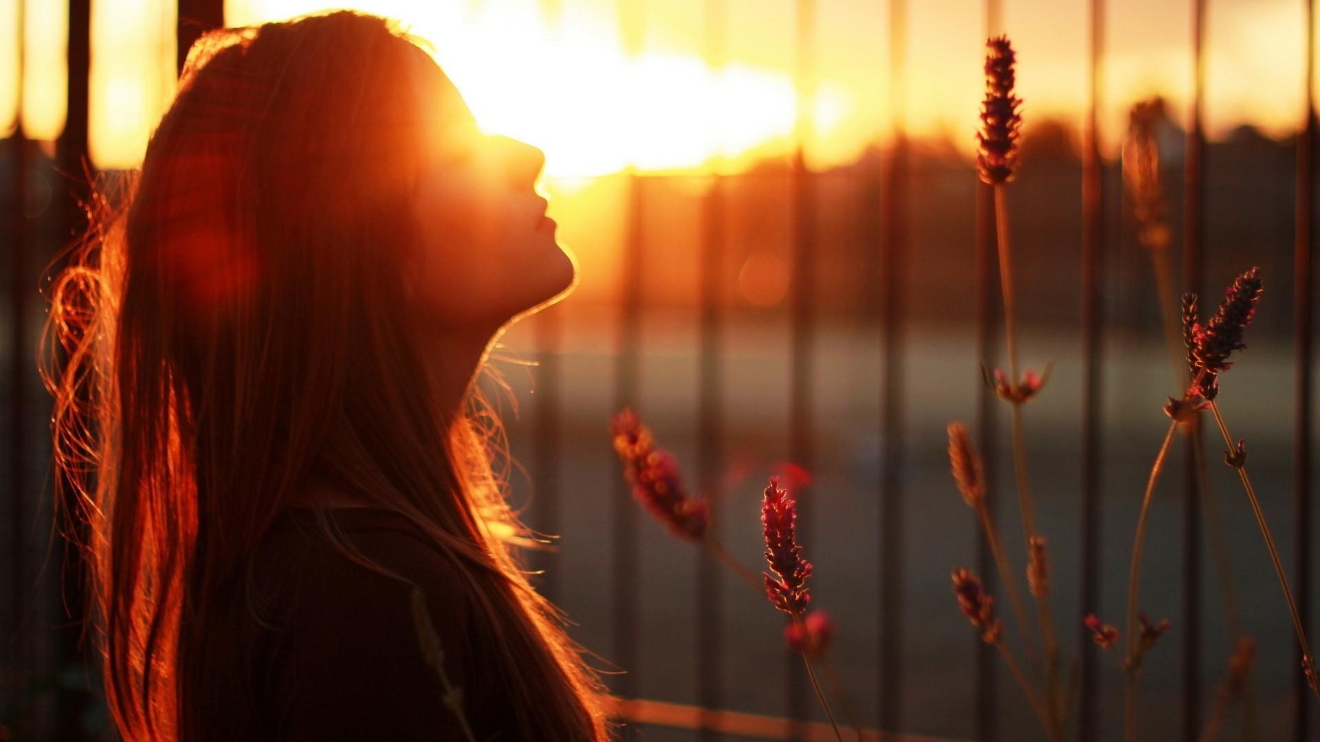 дівчина у сонці
