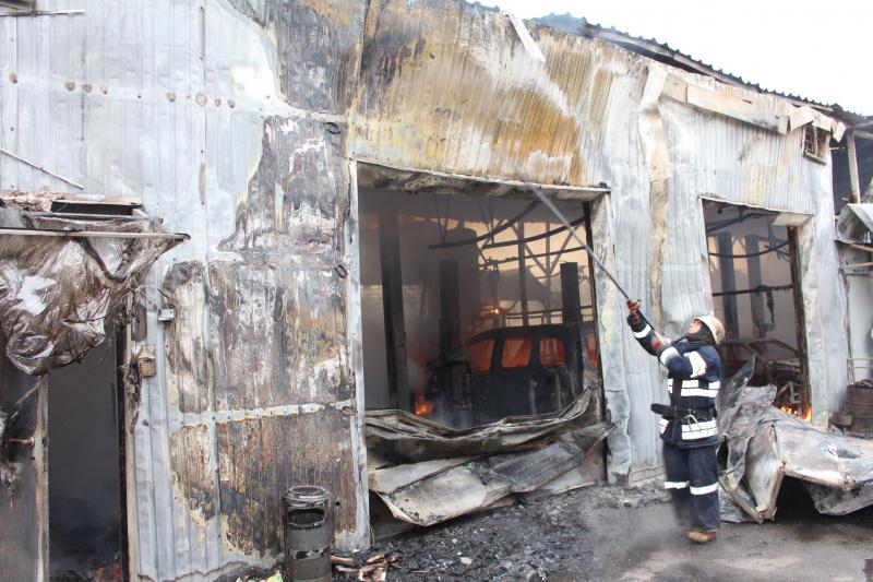 Масштабна пожежа на СТО у Києві