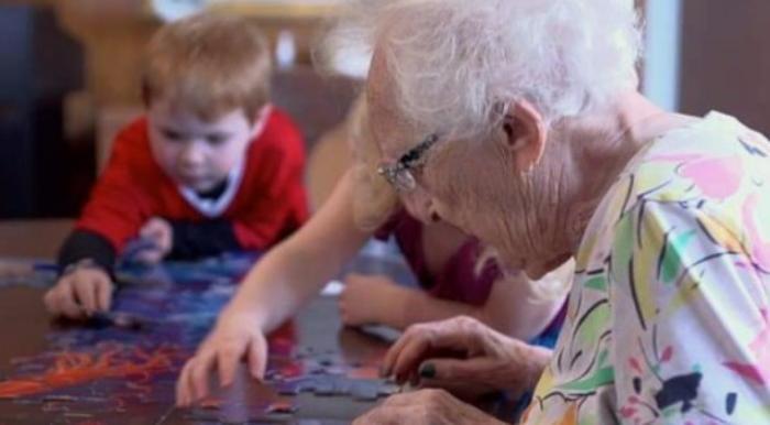 В Канаде решили объединить дома престарелых с детскими приютами