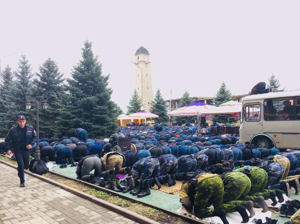Приєднання правоохоронців до демонстрантів на молитві 5 жовтня. Джерело: Ілля Барабанов / @barabanch on twitter