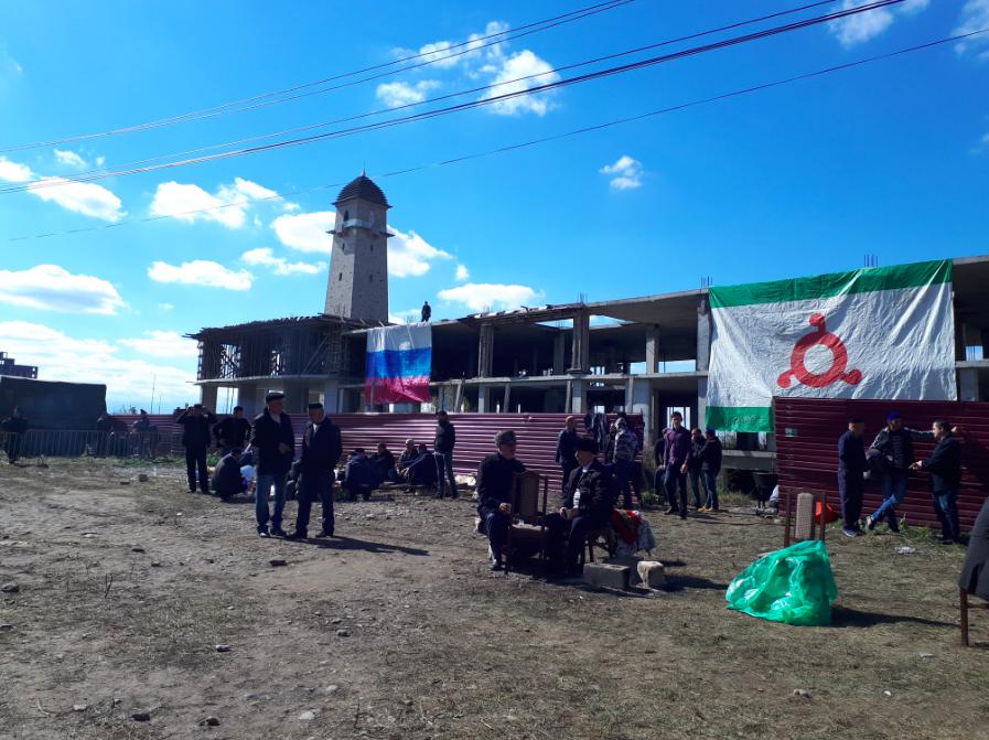 Демонстранти вивішують прапори Інгушетії та РФ. Джерело: Олег Козловський / @kozlovsky_en on twitter.com