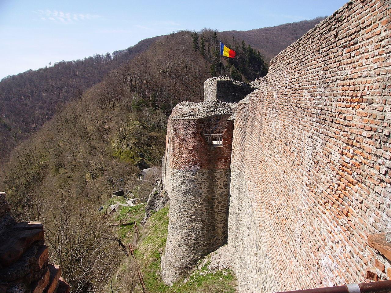 Замок Поєнарі над каньйоном річки Арджеш