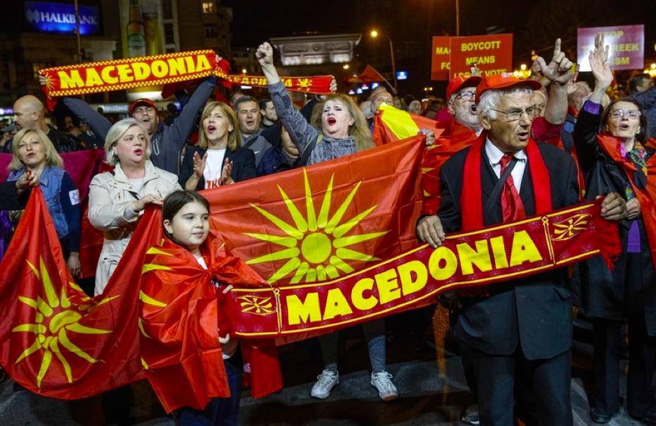 Противники референдуму із символікою «Вергінської зірки», використання якої у Македонії вимагає заборонити Греція. Фото:EPA/Valdrin Xhemaj