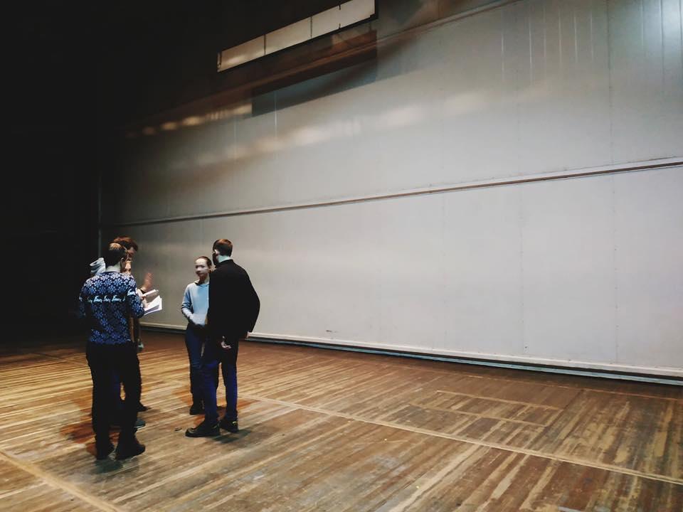 Команда организаторов за кулисами Одесского оперного театра накануне церемонии
