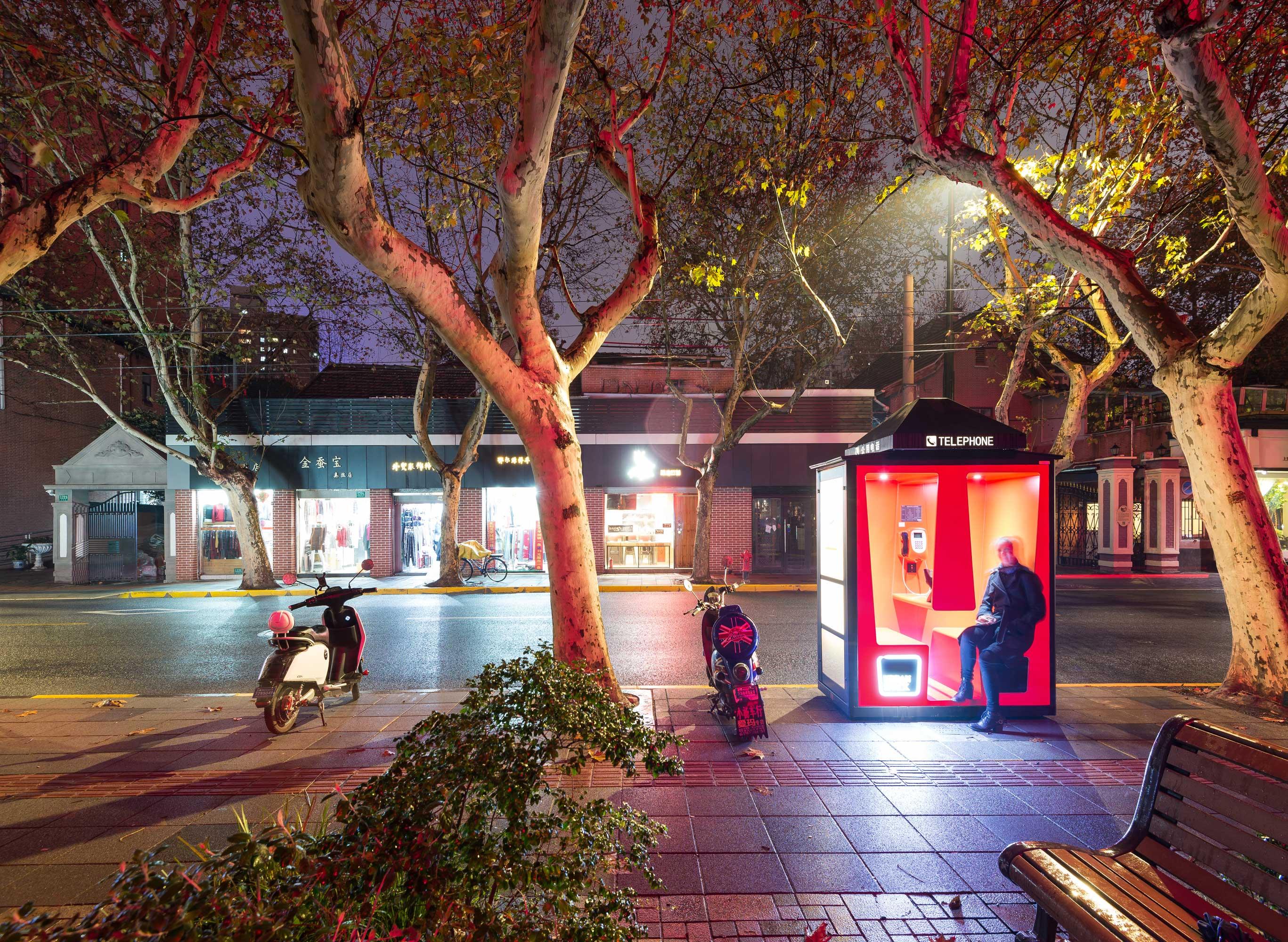 У Китаї телефонні кабінки перетворили у багатофункціональні споти