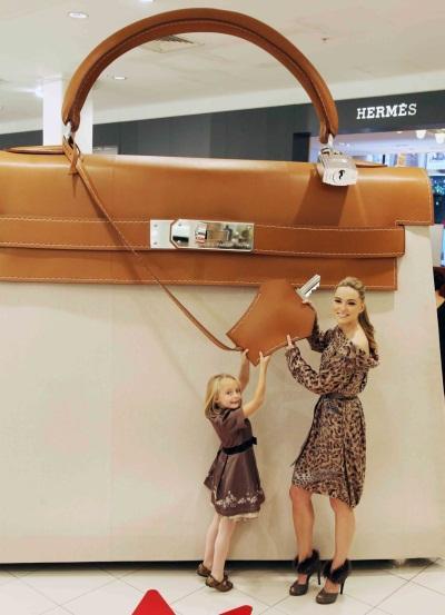 Дизайнеры Hermes создали 4-метровую модель сумки Kelly