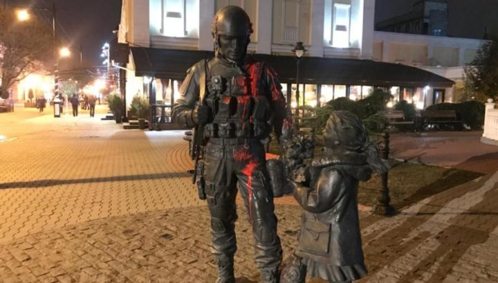"""облили червоною фарбою пам'ятник """"зеленим чоловічкам"""""""
