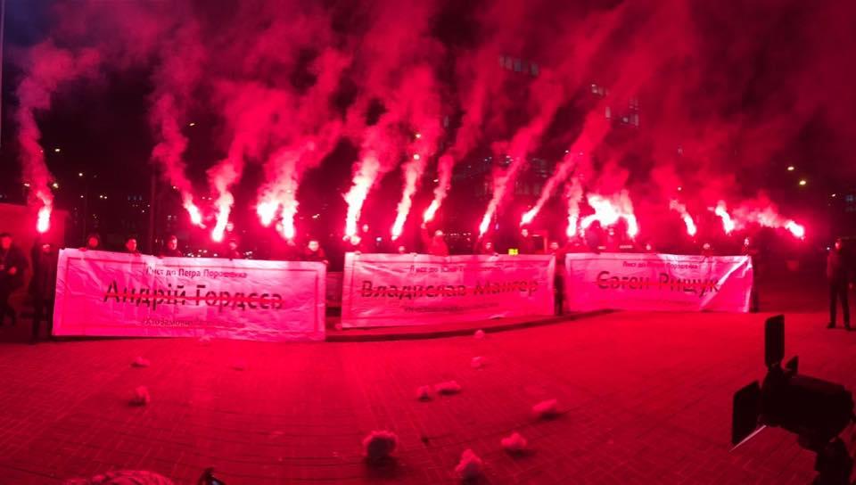 """""""Хто замовив Гандзюк"""": активісти запалили файєри під судом по справі Мангера"""