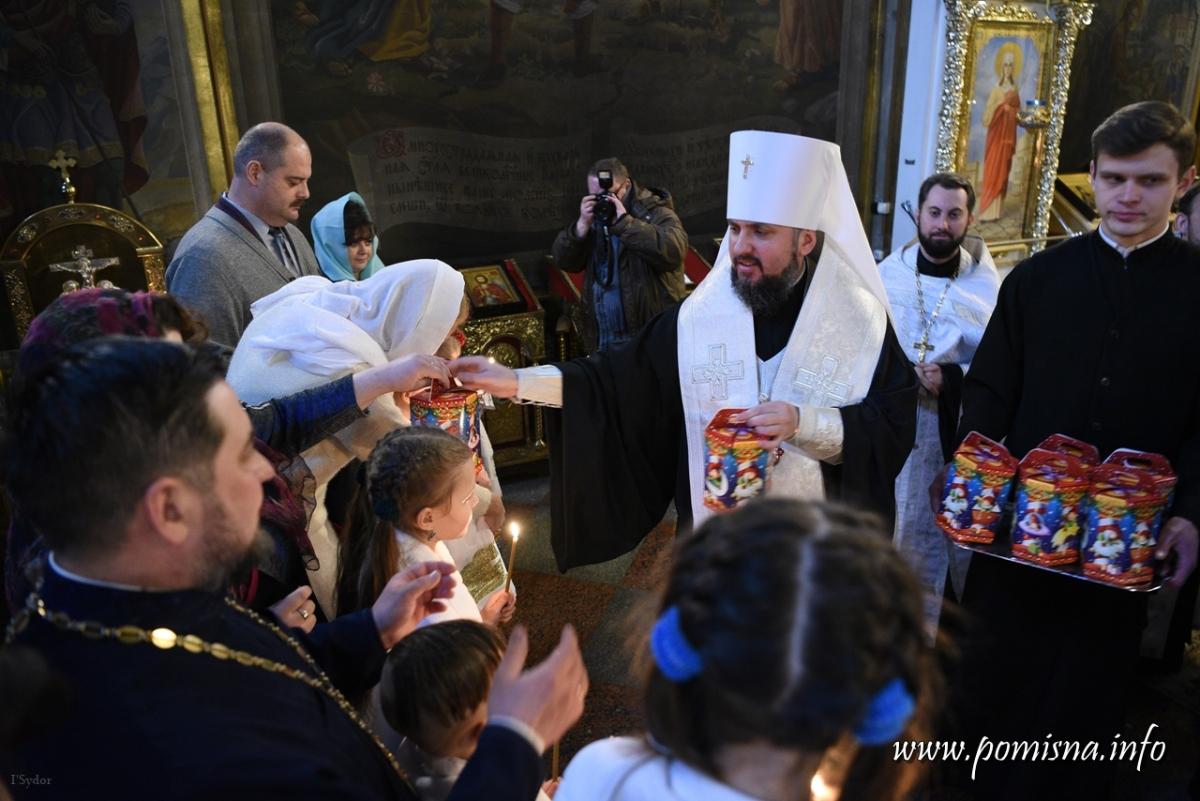 Епіфаній охрестив 9 дітей родини переселенців з Донбасу