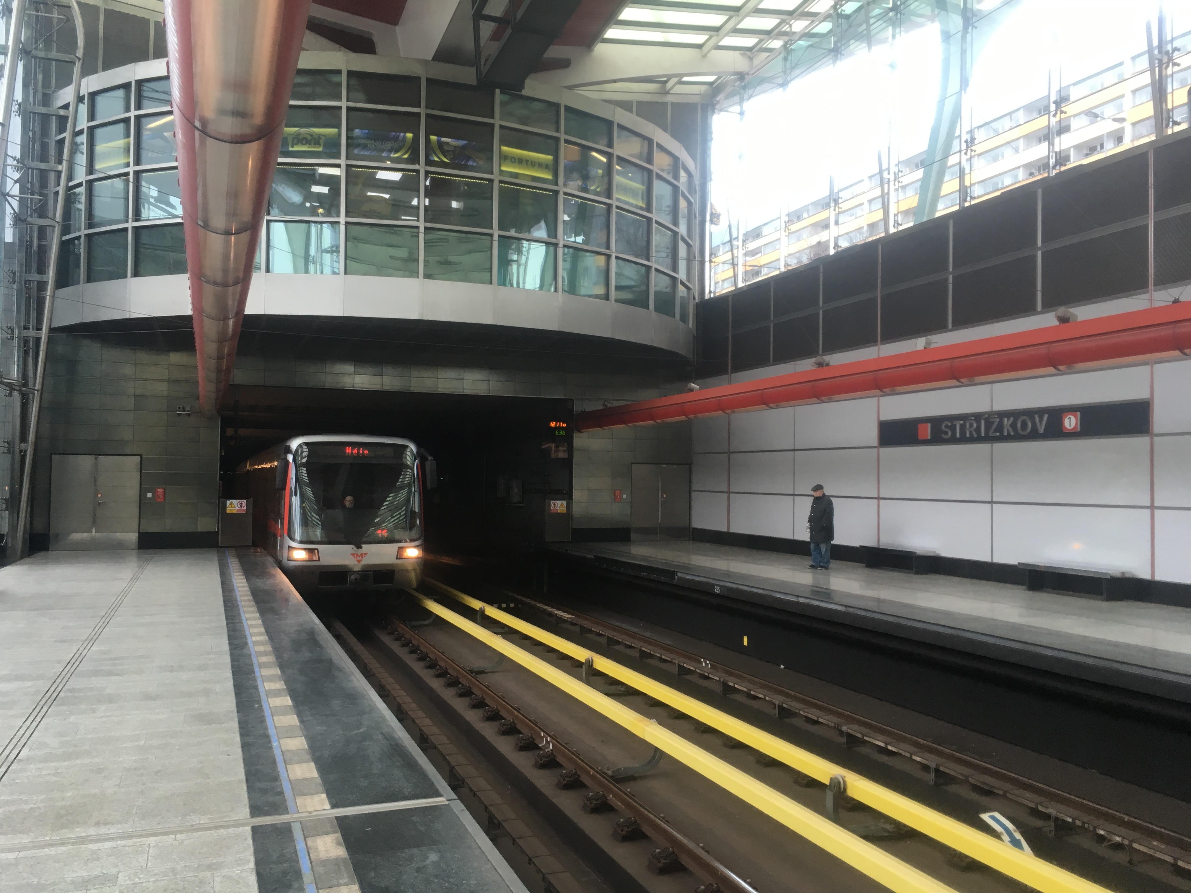 Прибуття потягу метро у Празі
