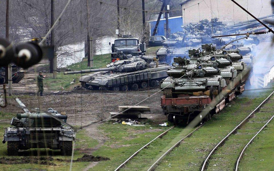 Завантаження танків на станції Джанкой для відправки в Україну