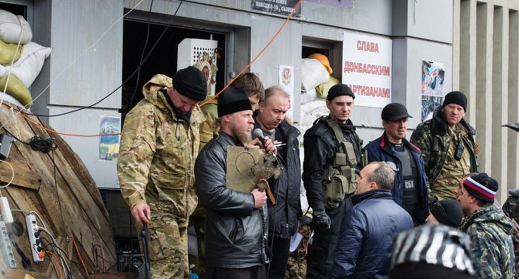 Мітинг біля захопленої будівлі Луганського СБУ. У перших рядах – священики Московського патріархату