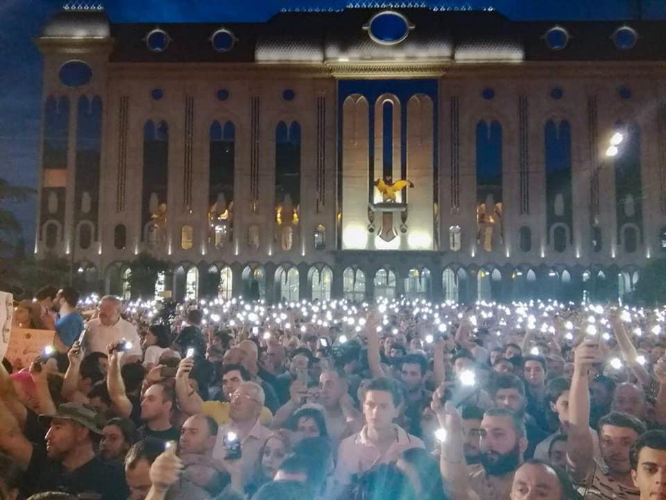 У Грузії опозиція пішла на штурм парламенту