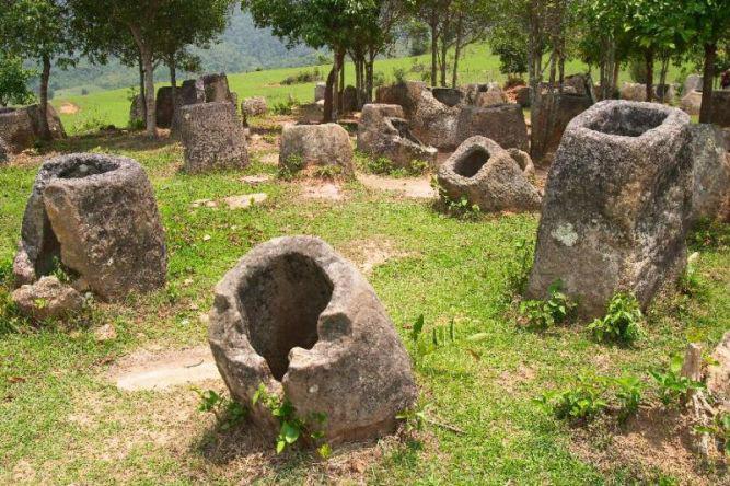 Мегалитические кувшины в Сиангкхуанг Долина кувшинов (Лаосская Народно-Демократическая Республика).