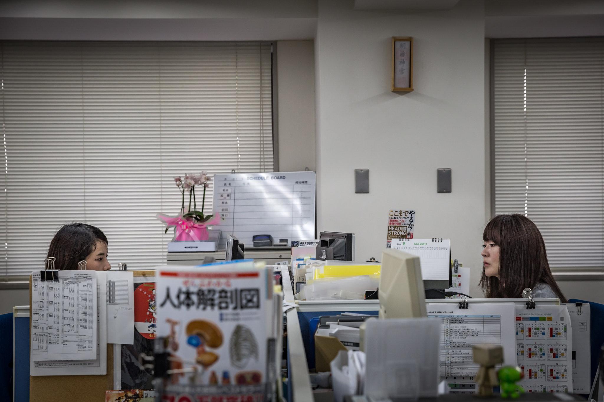 Пані Мацуї, праворуч, на своїй роботі.