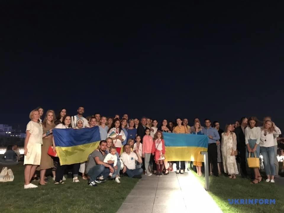 Головну вежу в Анкарі підсвітили кольорами українського прапора