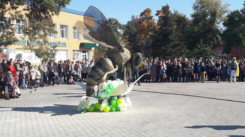 найбільший в Україні пам'ятник бджолі