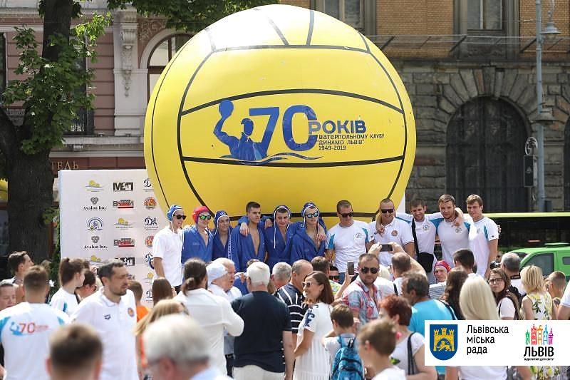 У Львові встановлений найбільший ватерпольний м'яч у світі