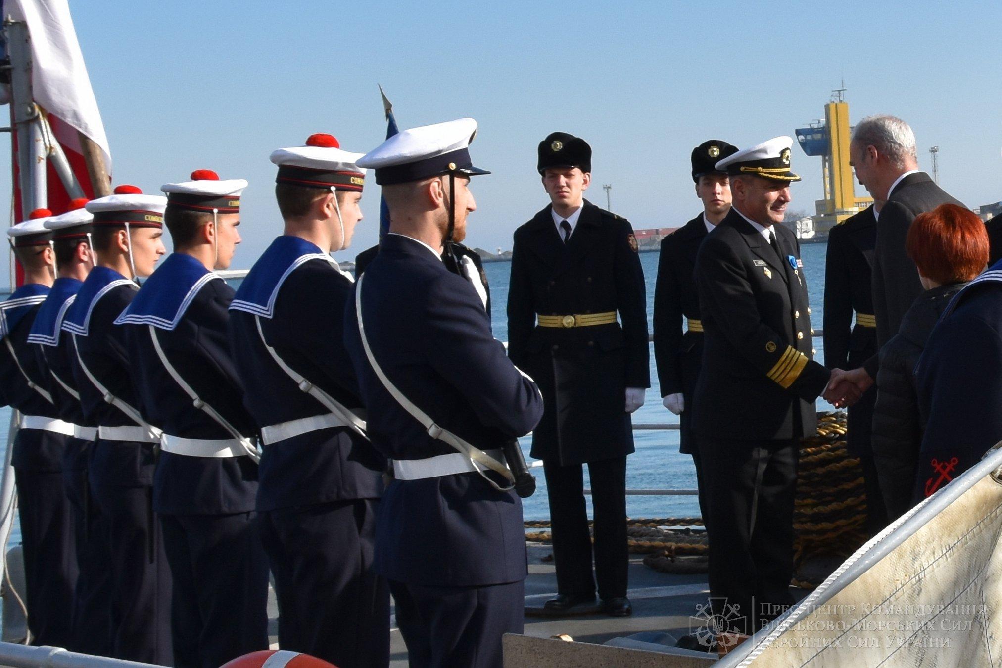 Макрон нагородив командувача ВМС України Воронченка французьким орденом