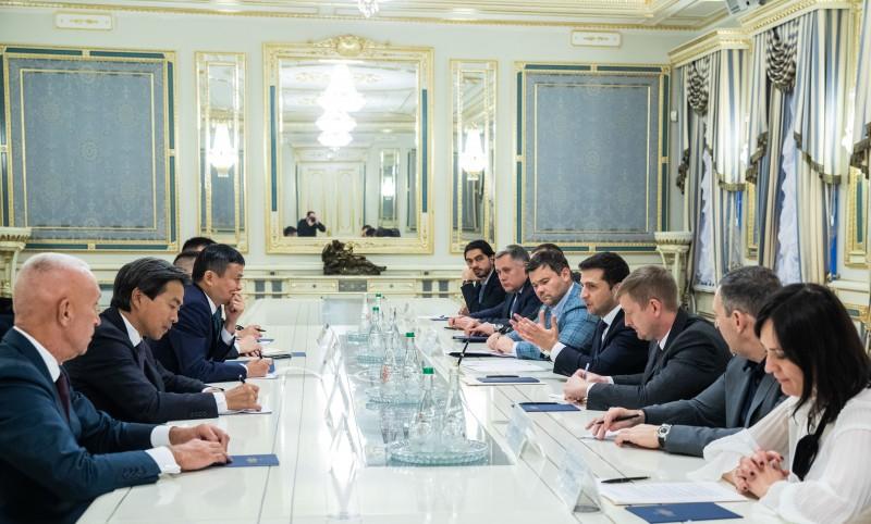 Президент України Володимир Зеленський провів зустріч із засновником компанії Alibaba Group Джеком Ма.