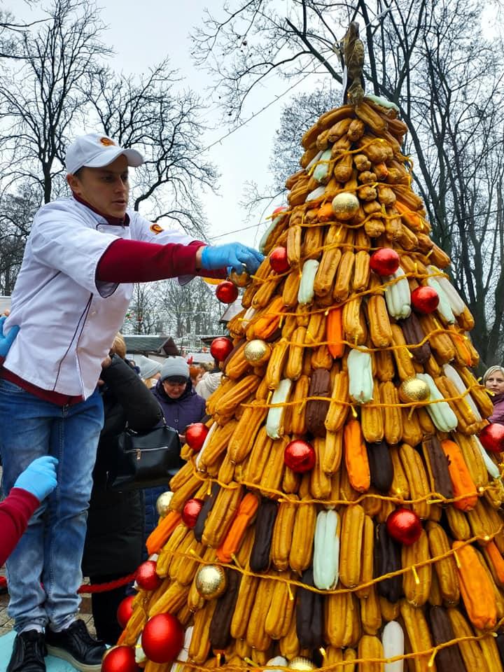 У Києві створили ялинку з близько 1,5 тис. еклерів