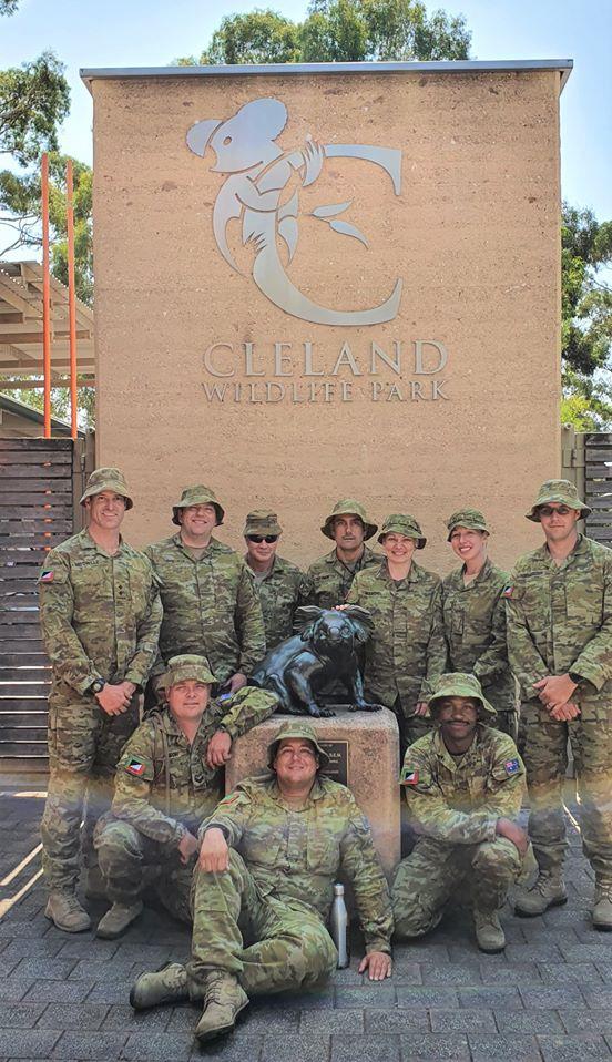 В Австралії військові у вільний час приходять годувати врятованих коал
