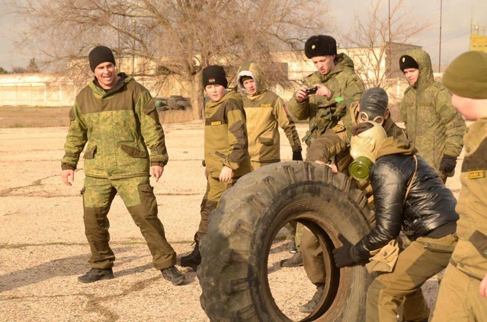 Офіцер ЗСУ показав, як в окупованому Криму вчать дітей воювати: фото