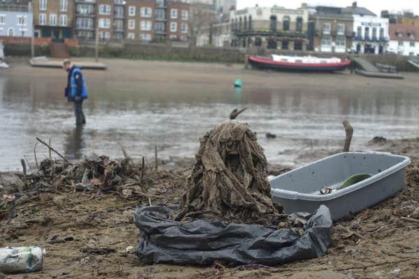 Волонтеры убирают влажные салфетки с берегов Темзы