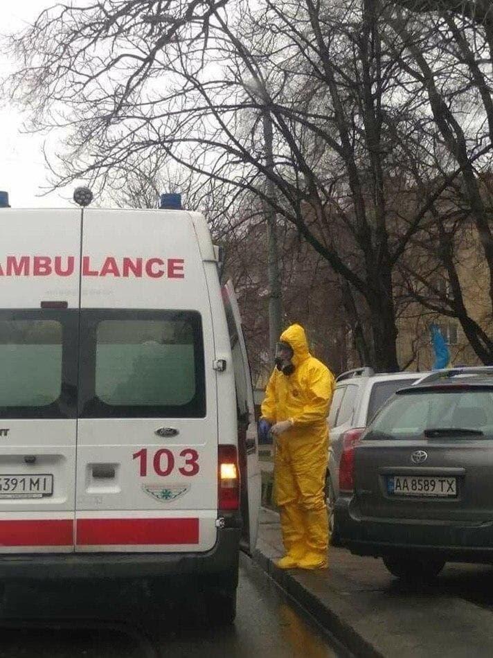 Коронавірус: у Києві помітили бригаду медиків у костюмах хімзахисту