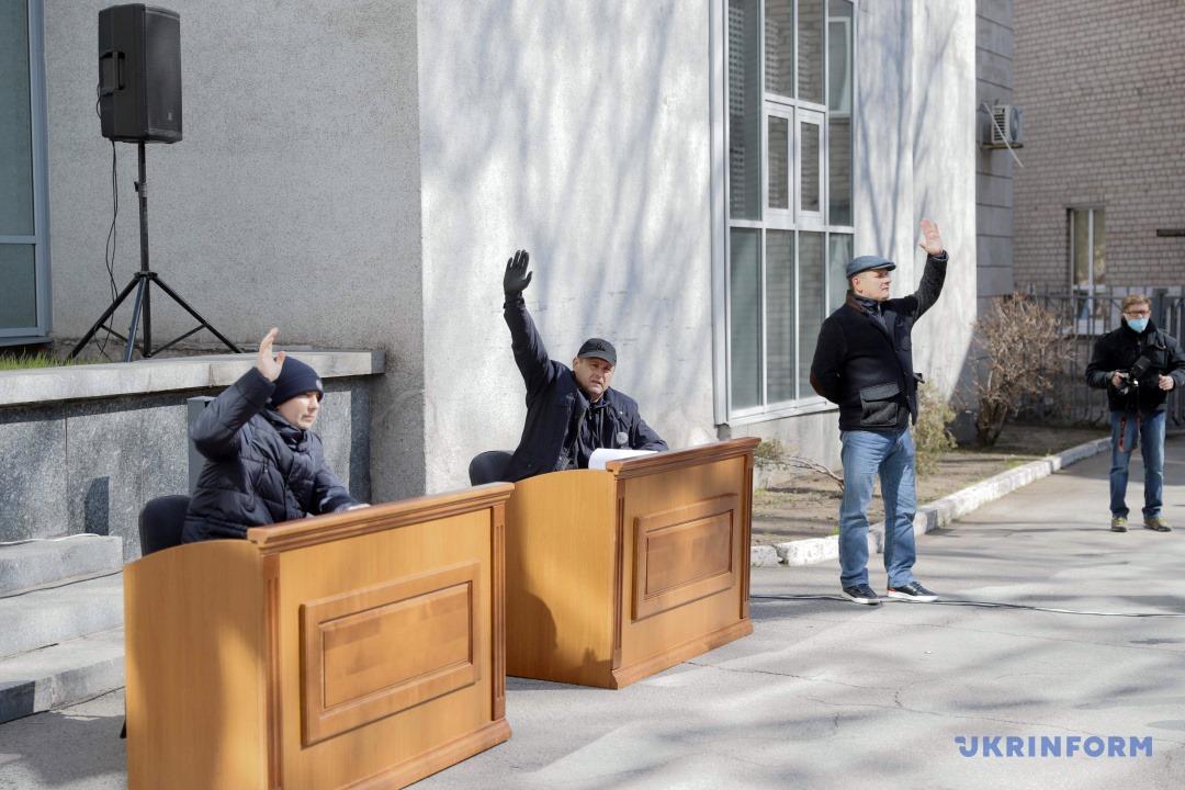 У Дніпрі депутати провели сесію надворі