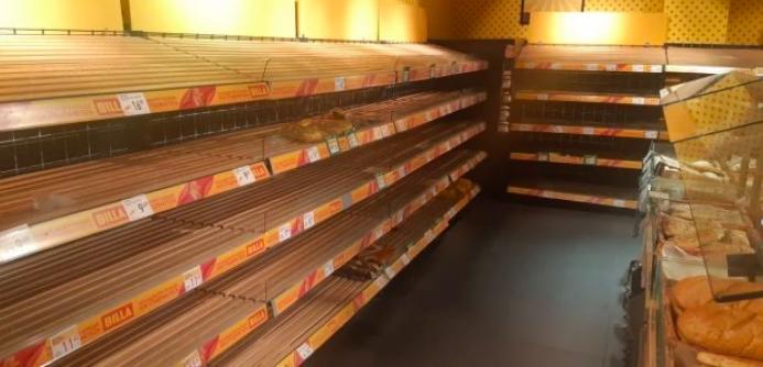 скуповувати продукти в супермаркетах