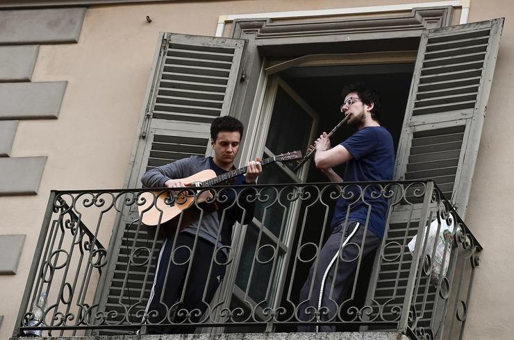 італія флешмоб на балконах
