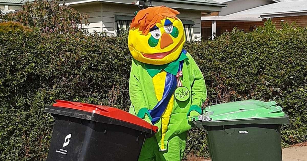 викидають сміття у карнавальних костюмах