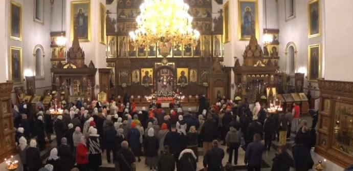 У Святогірській лаврі на Донеччині Великдень зустріли натовпом без масок та дистанції