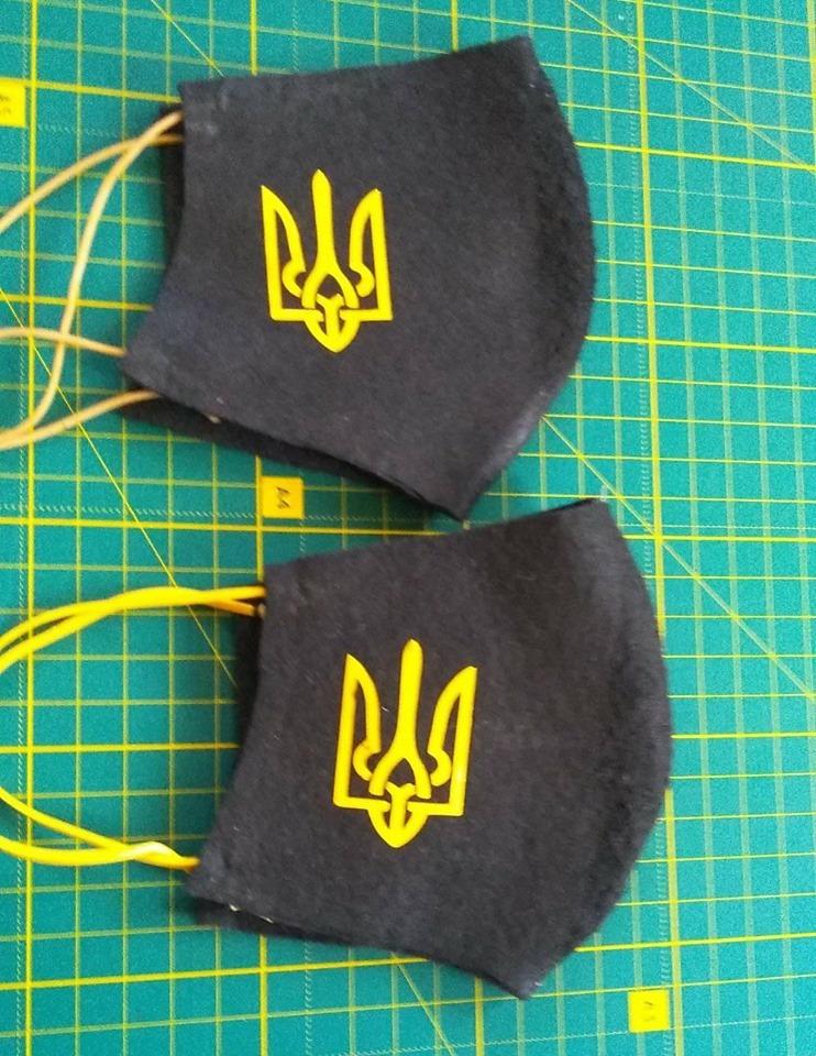 Ветеран АТО шиє і безкоштовно роздає маски по всій Україні