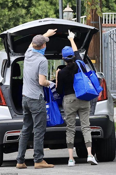 Принц Гарі та Меган Маркл на Великдень розвозили їжу бідним у США