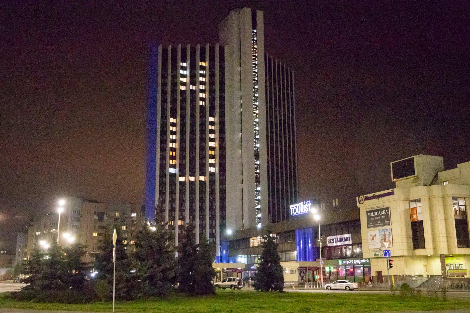 Вікна порожніх готелів Києва засяяли написом-підтримкою через пандемію коронавірусу
