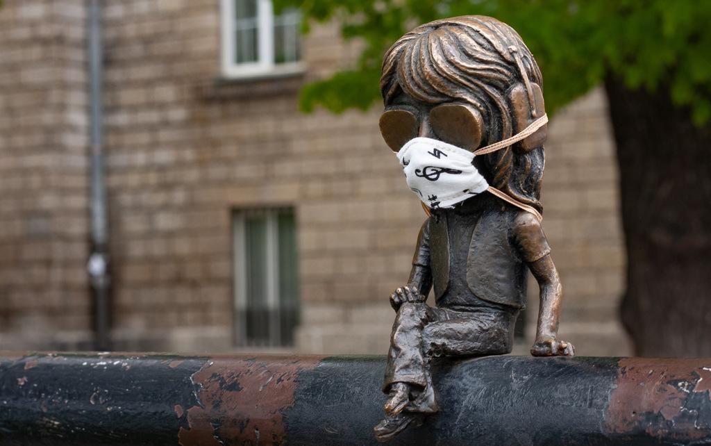 Ужгородські міні-скульптури одягнули маски