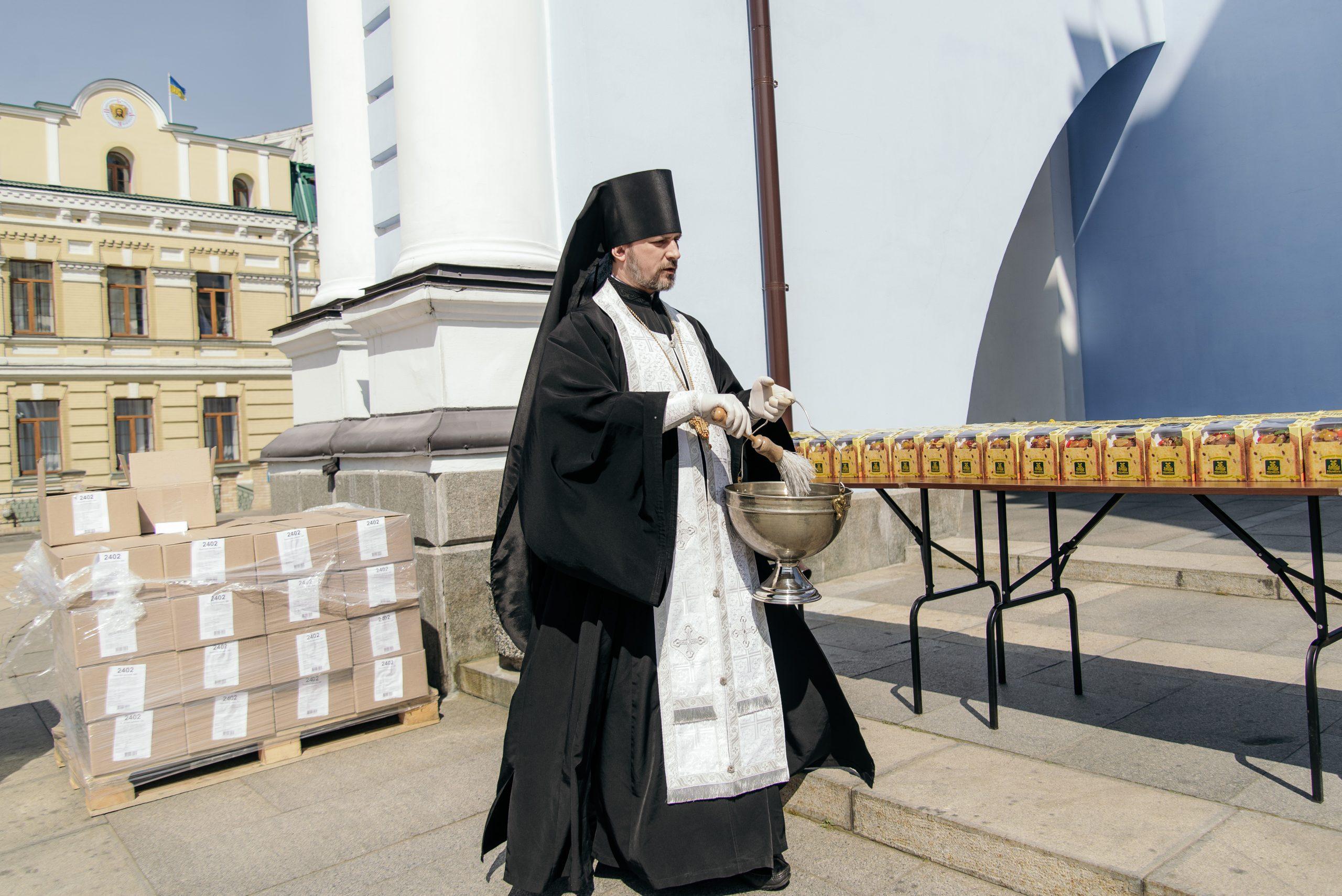 ROZETKA передає паски на фронт і доставляє освячені ПЦУ великодні набори просто додому